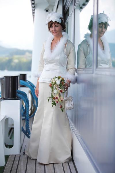 Hochzeitskleid mit Fell und Strass