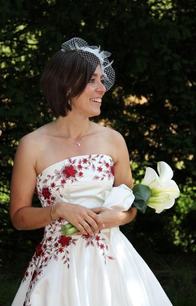 Hochzeitskleid im 50-Jahre-Look mit roter Stickerei