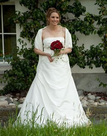 Hochzeitskleid in Seide mit edler Spitze